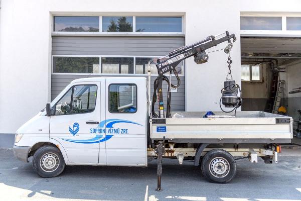 Szennyvíz-átemelők üzemeltetését segítő darus tehergépjármű